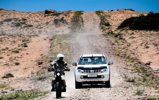 """Ngang qua đoạn sa mạc cát và đất đá khô khốc trải dài hàng cây số, """"cào cào"""" được mang xuống để những người đàn ông trải nghiệm cảm giác phiêu du tốc độ cao giữa cái nóng 40 độC không một bóng người."""